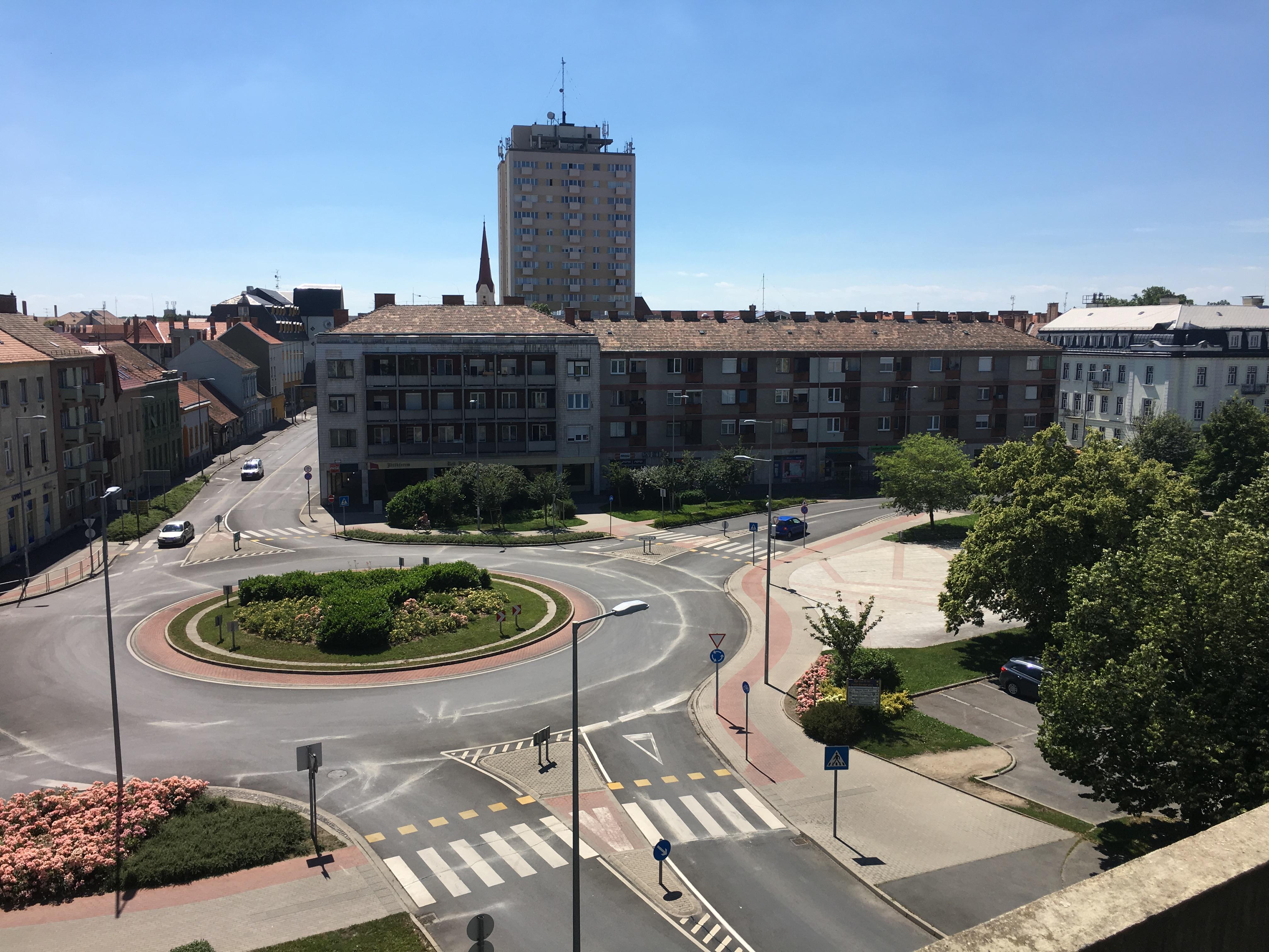 Városra néző erkély